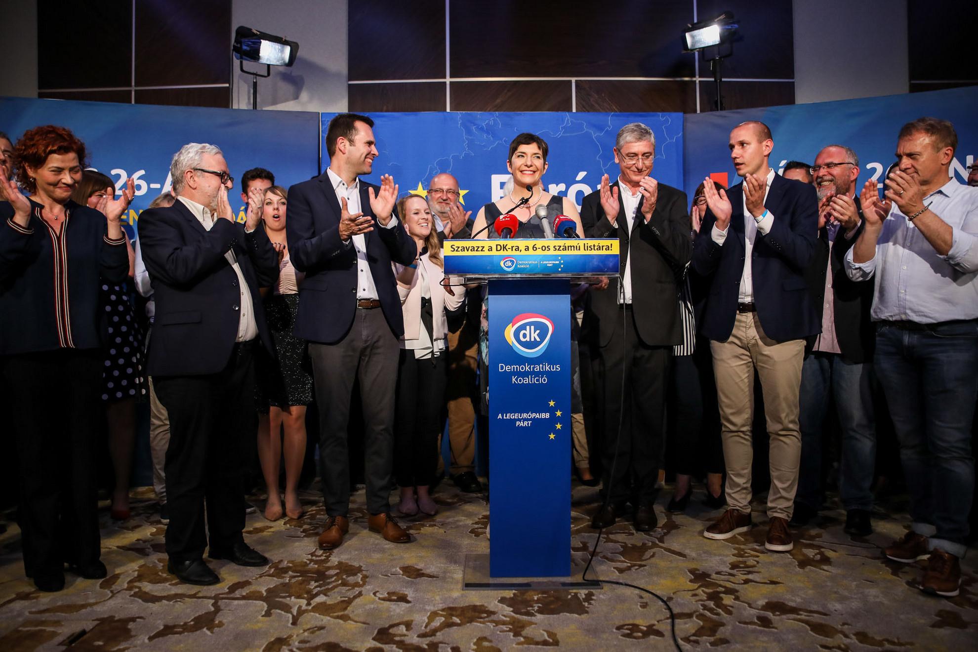 """A nem várt, több mint tizenhat százalékos eredmény talán magát a DK-t is meglepte. A megszerzett négy képviselői helyüket a Fidesz-KDNP tizenhárom mandátumával szemben egyenesen """"győzelemként"""" értékelték"""