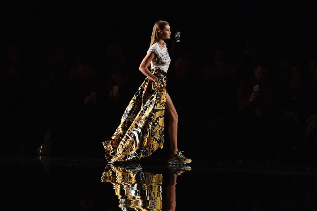 Gigi Hadid a Versace Cruise idei divatshowján hordta ezt a méregdrága darabot