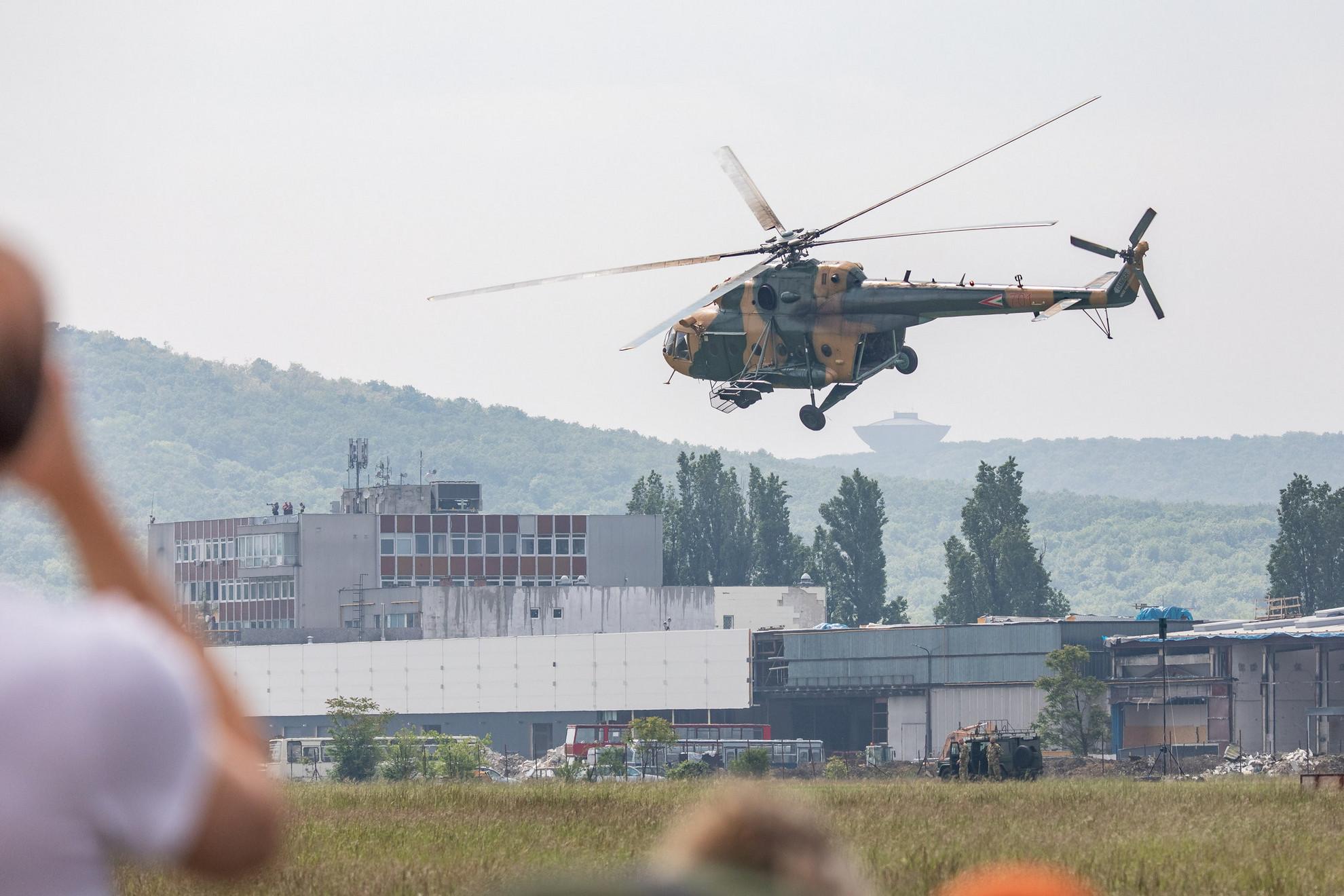 A Mi-17-es helikoptereken egyenként 24 katona fér el