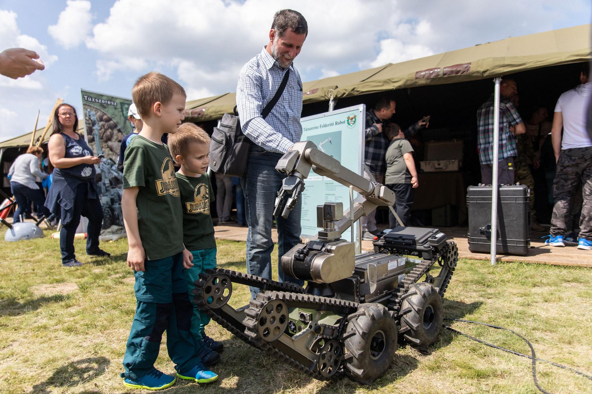 Egy a Honvédségnél rendszeresített Telemax PRO tűzszerész robot