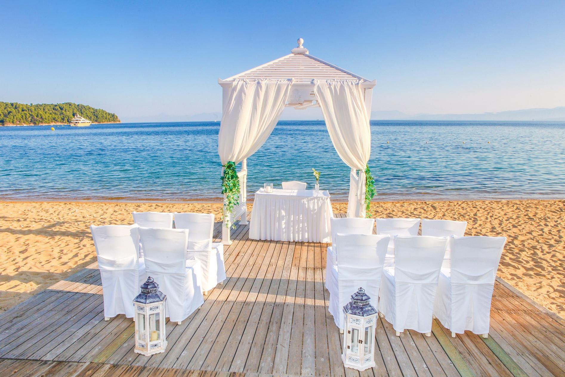 A tengerparton kis létszámú esküvők lebonyolítását is vállalják, melyen csak a szűk család vesz részt