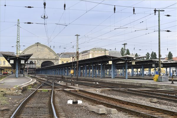 A lezárás idején a vonatok nem érintik a Keletit, minden járat induló- és végállomása más pályaudvarokra és állomásokra kerül át