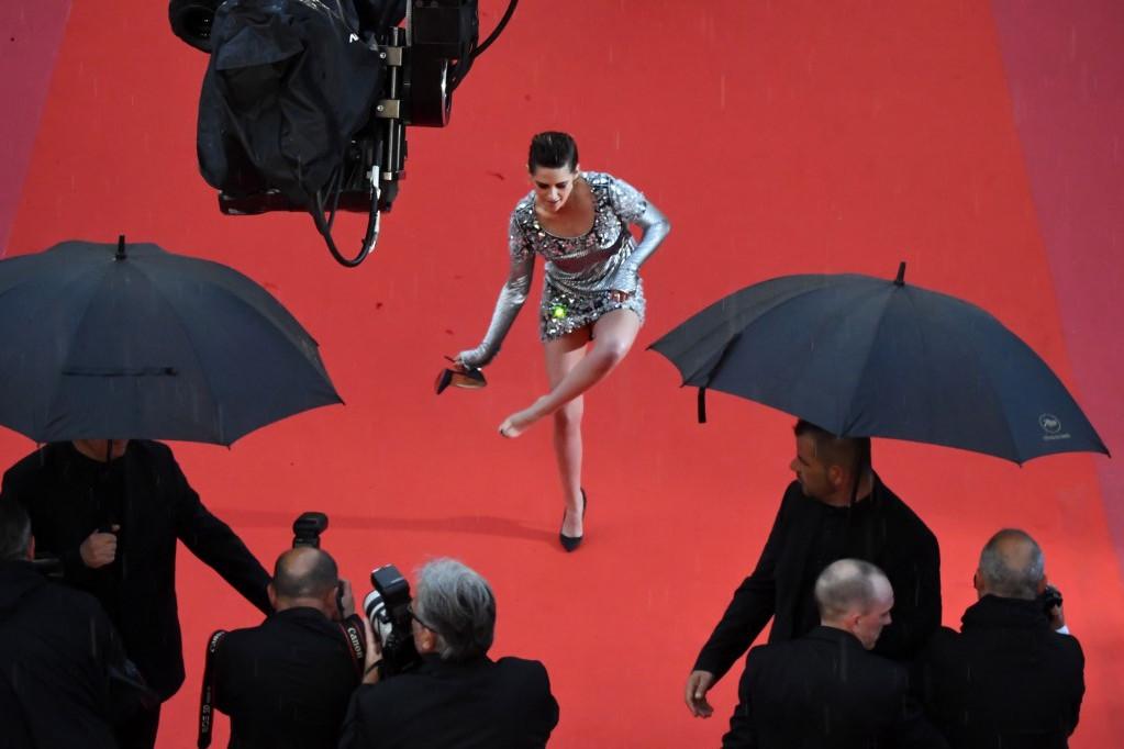 A Cannes-i fesztiválon mindenki meglepődött, amikor az Alkonyat sztárja levette a cipőjét a vörös szőnyegen