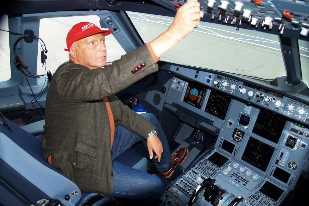 Laudának pilótajogosítványa is volt, időnként saját légitársasága gépeit is vezette
