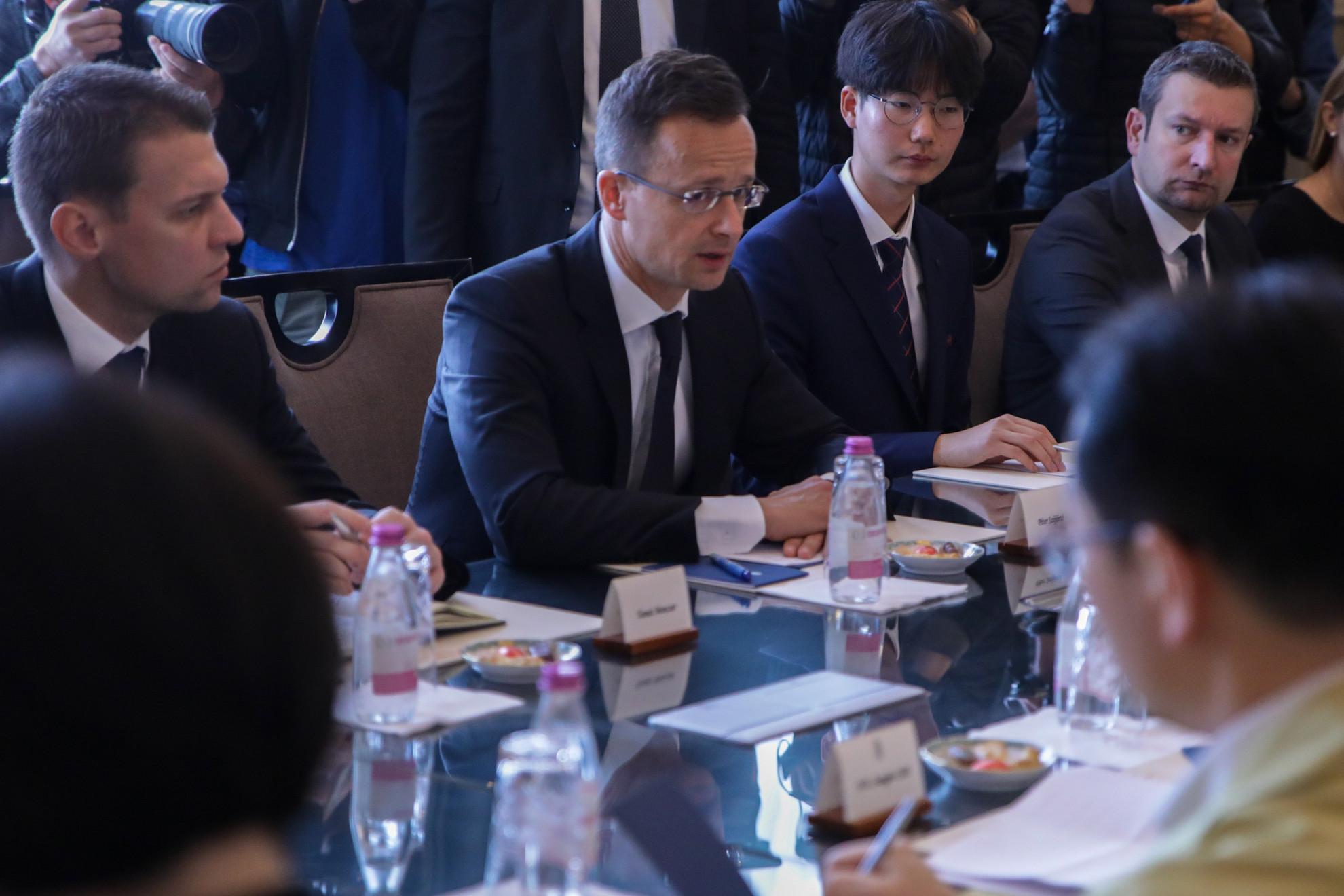 Szijjártó Péter (középen) a dél-koreai külügyminiszterrel folytatott tárgyaláson