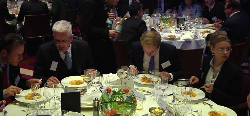 Minden évben luxuskörülmények között találkoznak a helyszínen a német politikai és gazdasági elit szereplői