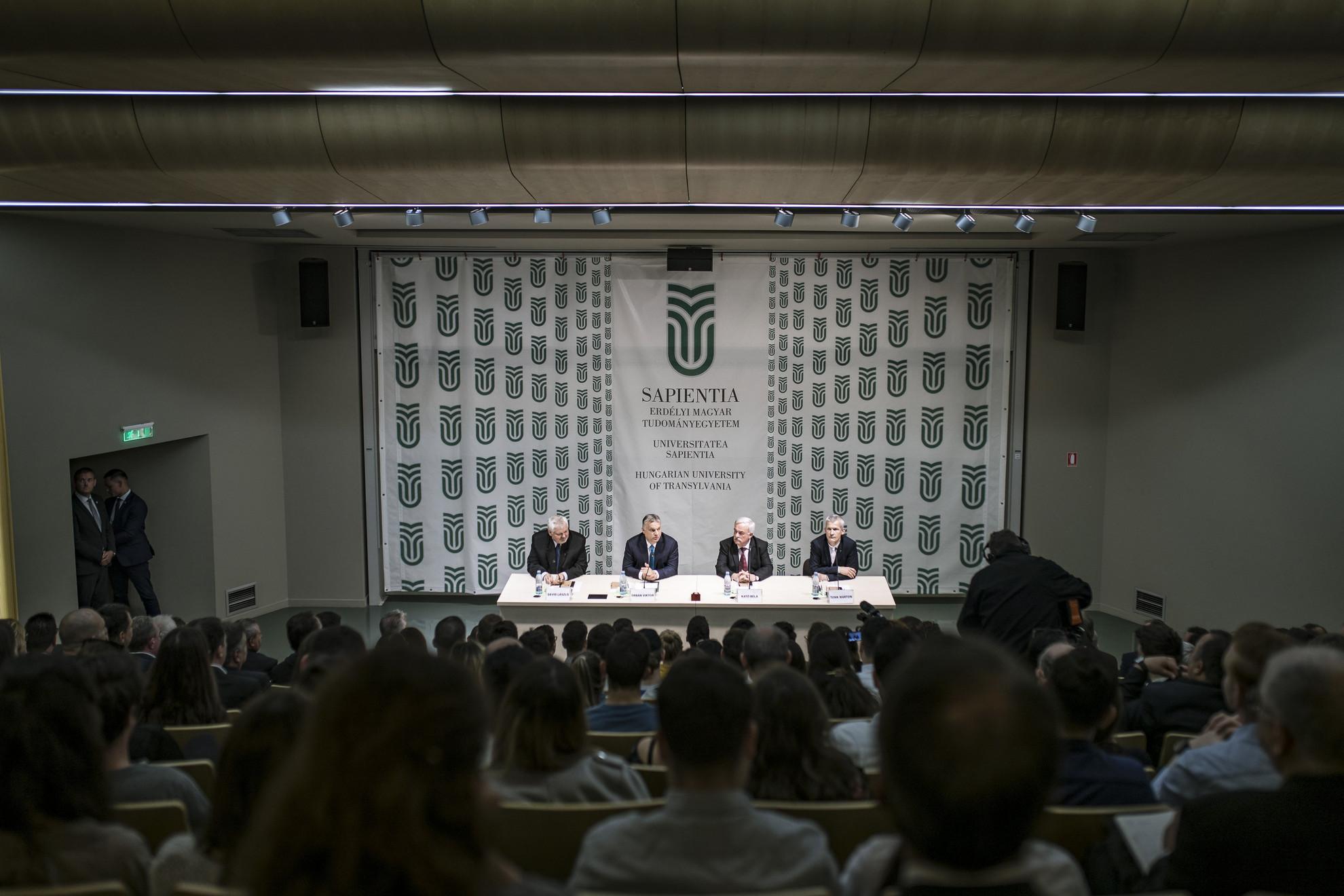 A Miniszterelnöki Sajtóiroda által közreadott képen Orbán Viktor miniszterelnök (b2) előadása a Sapientia Erdélyi Magyar Tudományegyetemen Kolozsváron 2019. május 8-án