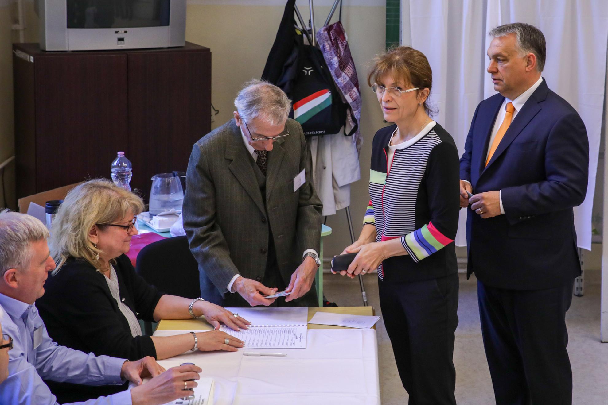 Orbán Viktor felesége, Lévai Anikó társaságában érkezett voksolni