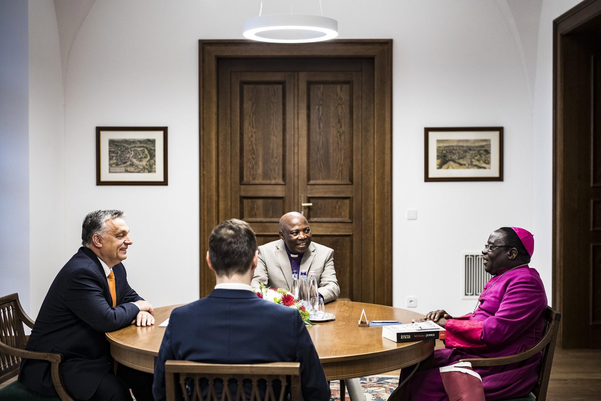 Orbán Viktor miniszterelnök (b), Dacholom Datiri, egy nigériai református egyház, a Church of Christ in Nations lelkészi elnöke (szemben) és Matthew Hassan Kukah, a nigériai Sokoto megyéspüspöke (j) megbeszélést folytat a Karmelita kolostorban
