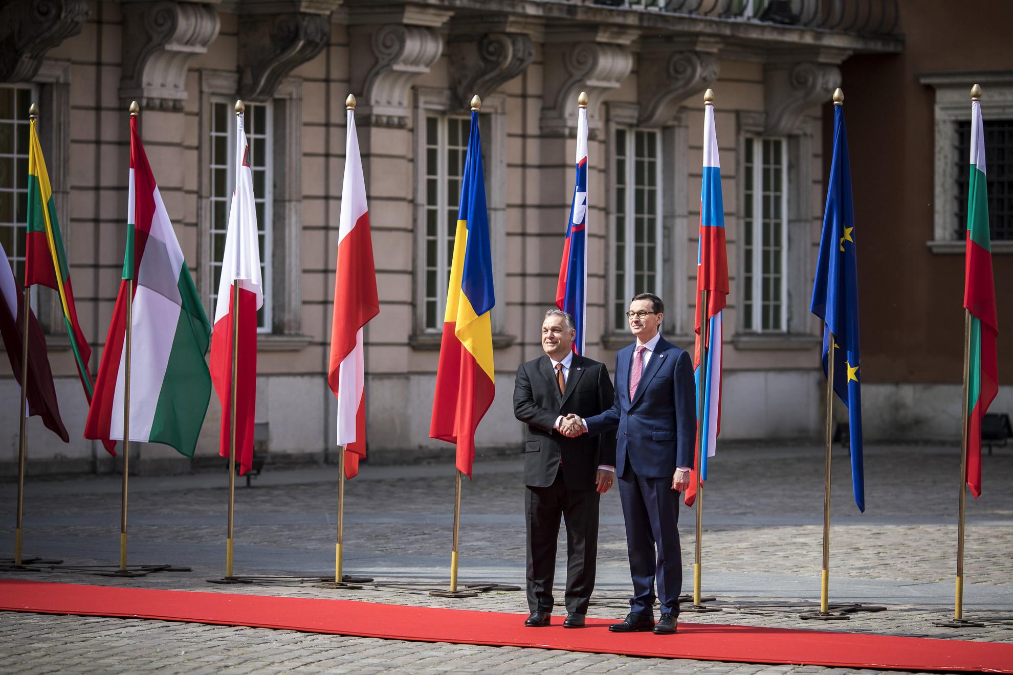 A Miniszterelnöki Sajtóiroda által közreadott képen Orbán Viktor miniszterelnököt (b) fogadja Mateusz Morawiecki lengyel miniszterelnök az Európai Unióhoz 2004-ben csatlakozott országok, valamint az azóta belépett Románia, Bulgária és Horvátország varsói csúcstalálkozóján