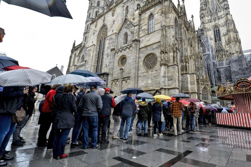 Az eső ellenére is rengetegen vártak, hogy bejuthassanak a búcsúztatóra