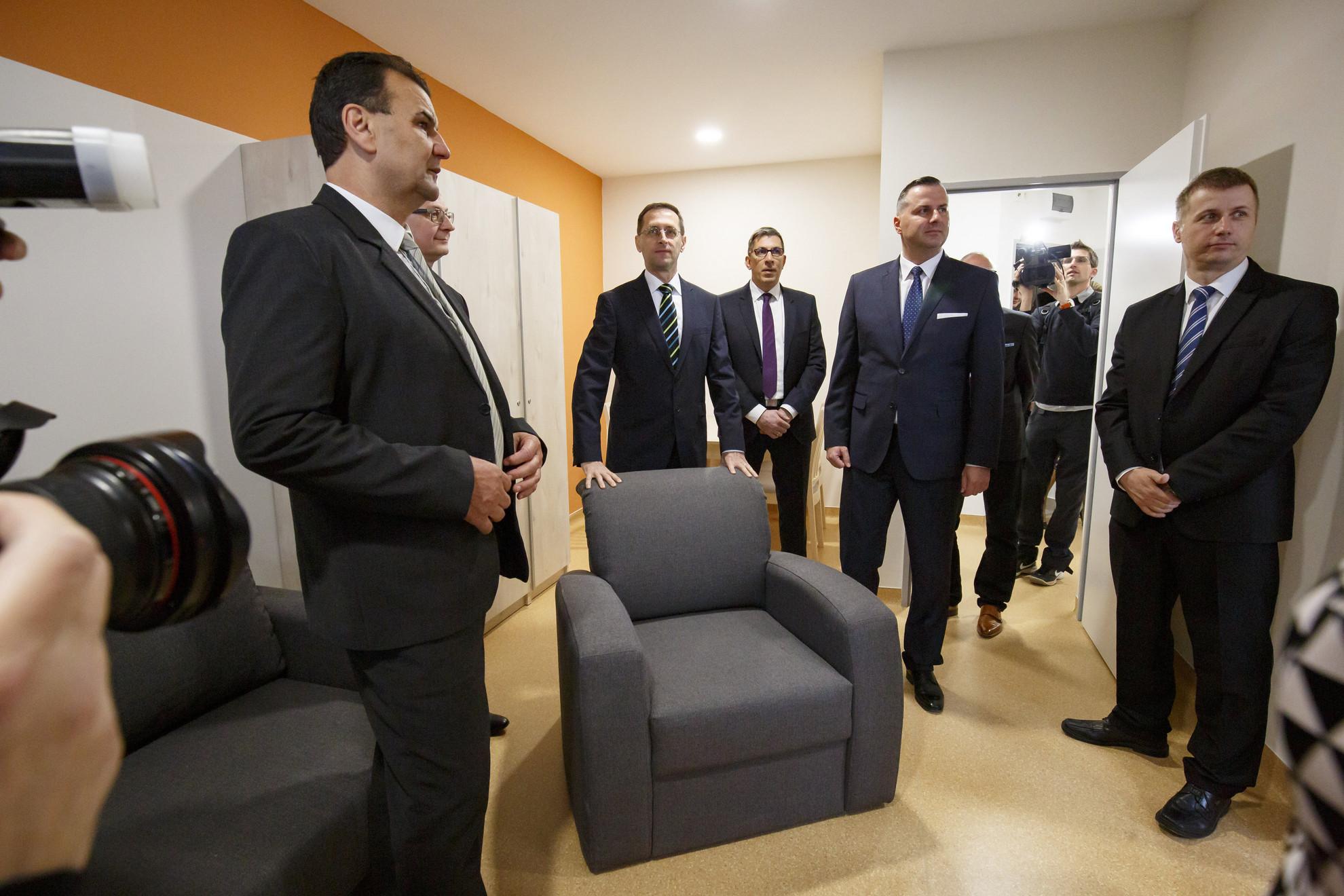 Varga Mihály nemzetgazdasági miniszter (b3), Vigh László fideszes országgyűlési képviselő (b) és Balaicz Zoltán (Fidesz-KDNP) polgármester (b5) a munkáshotel avatásán