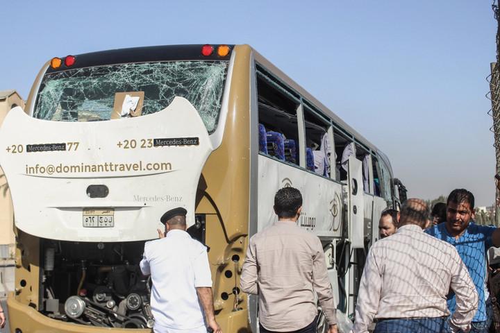 Pokolgépes merényletet követtek el egy turistabusz ellen a gízai piramisoknál