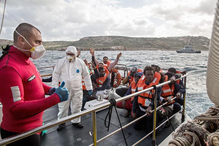 Tucatnyi migránshajó indult meg Európa felé az elmúlt napokban a jó időjárás miatt, százakat mentenek ki