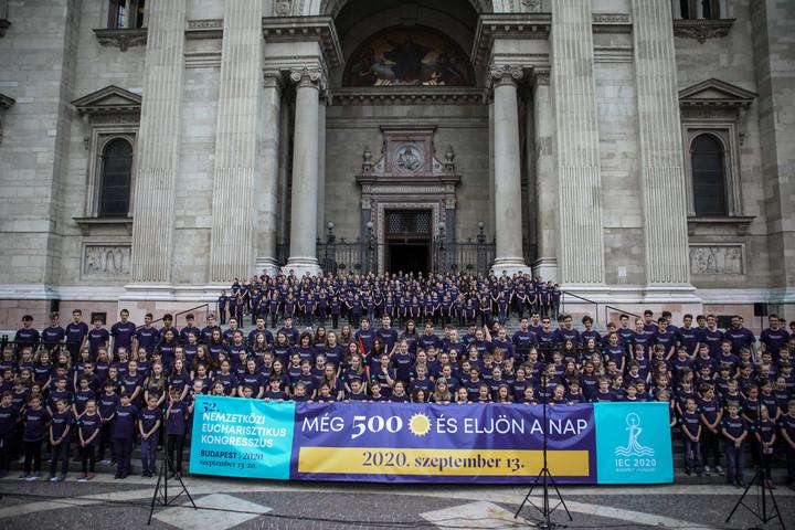 A Nemzetközi Eucharisztikus Kongresszust népszerűsítő flashmob volt Budapesten