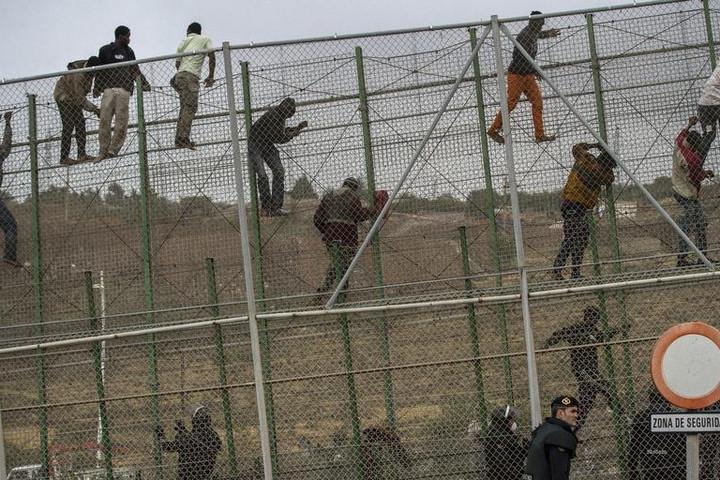 Ismét afrikai migránsok ostromolták a marokkói-spanyol határkerítést