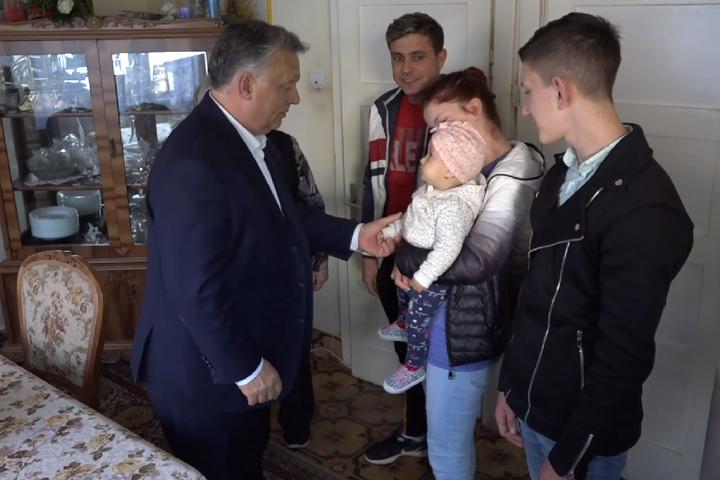 Orbán Viktor meglátogatott egy szászfenesi családot