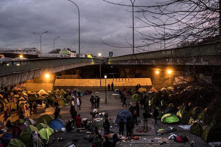 Így szállták meg az illegális migránsok Párizs repterét