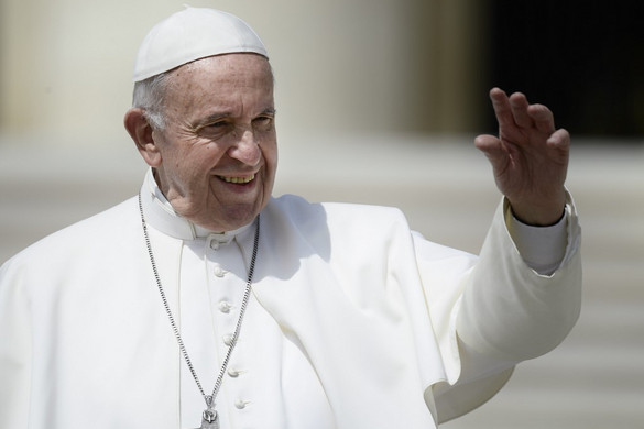 Ferenc pápa székely kapun át érkezik és arany rózsát visz Csíksomlyóra