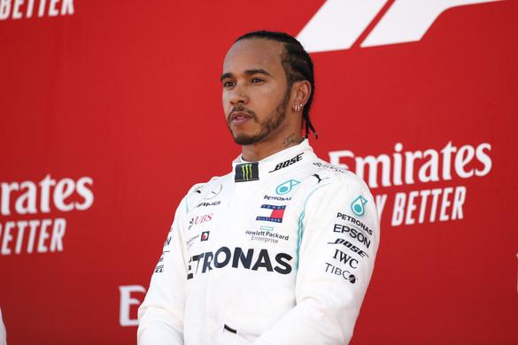Egy valódi F1-es autóval lepett meg egy haldokló kisfiút Lewis Hamilton