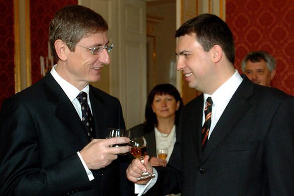 A DK tízmilliókat ad Gyurcsány barátainak