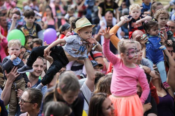 Gryllus Vilmos énekelteti meg a kicsiket a Gyerek Sziget második hétvégéjén