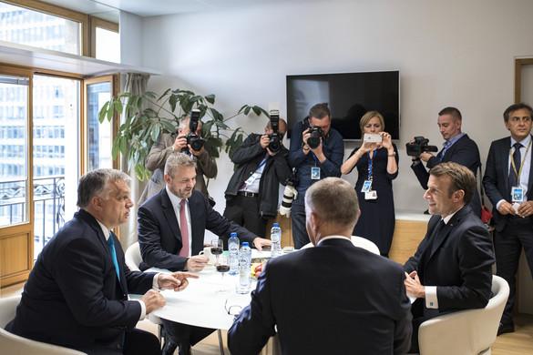 Emmanuel Macron összeült Orbánékkal