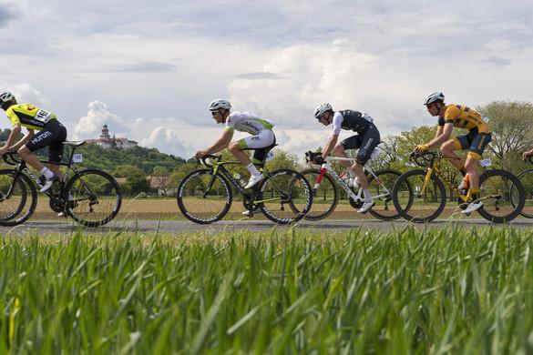 Hatalmas tömegbaleset volt egy magyar kerékpárversenyen