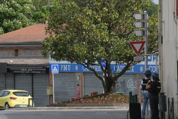 Egy fegyveres túszokat ejtett egy franciaországi dohányboltban
