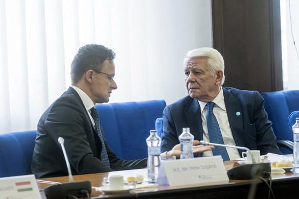 Szijjártó Péter a román külügyminiszter közbenjárását kérte az úzvölgyi katonatemető ügyében