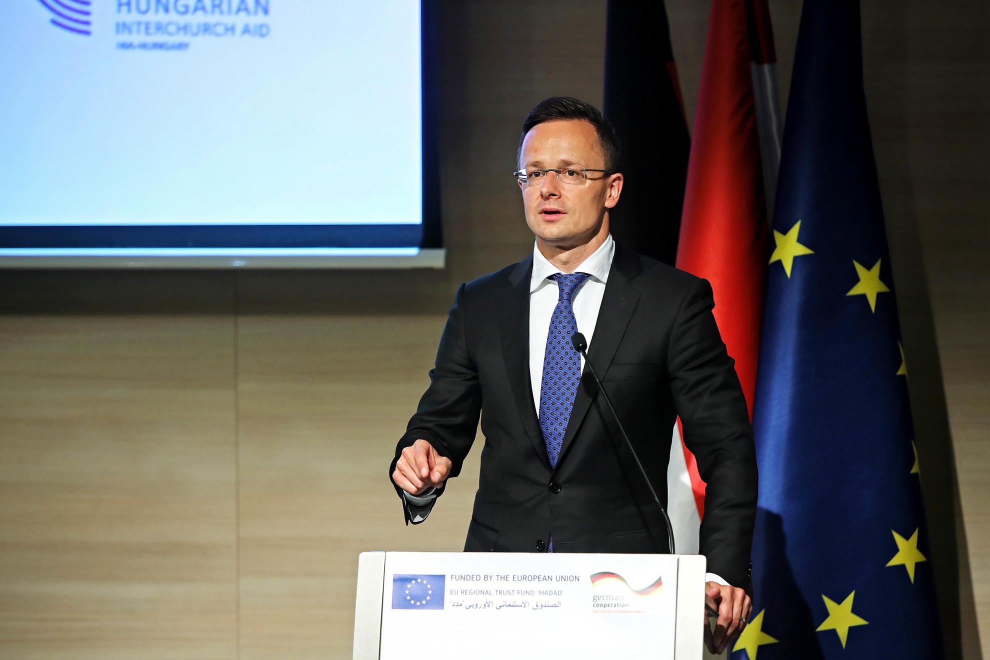 Szijjártó Péter beszédet mond a szíriai és iraki háború következményeit kezelő európai segélyprogram résztvevőinek