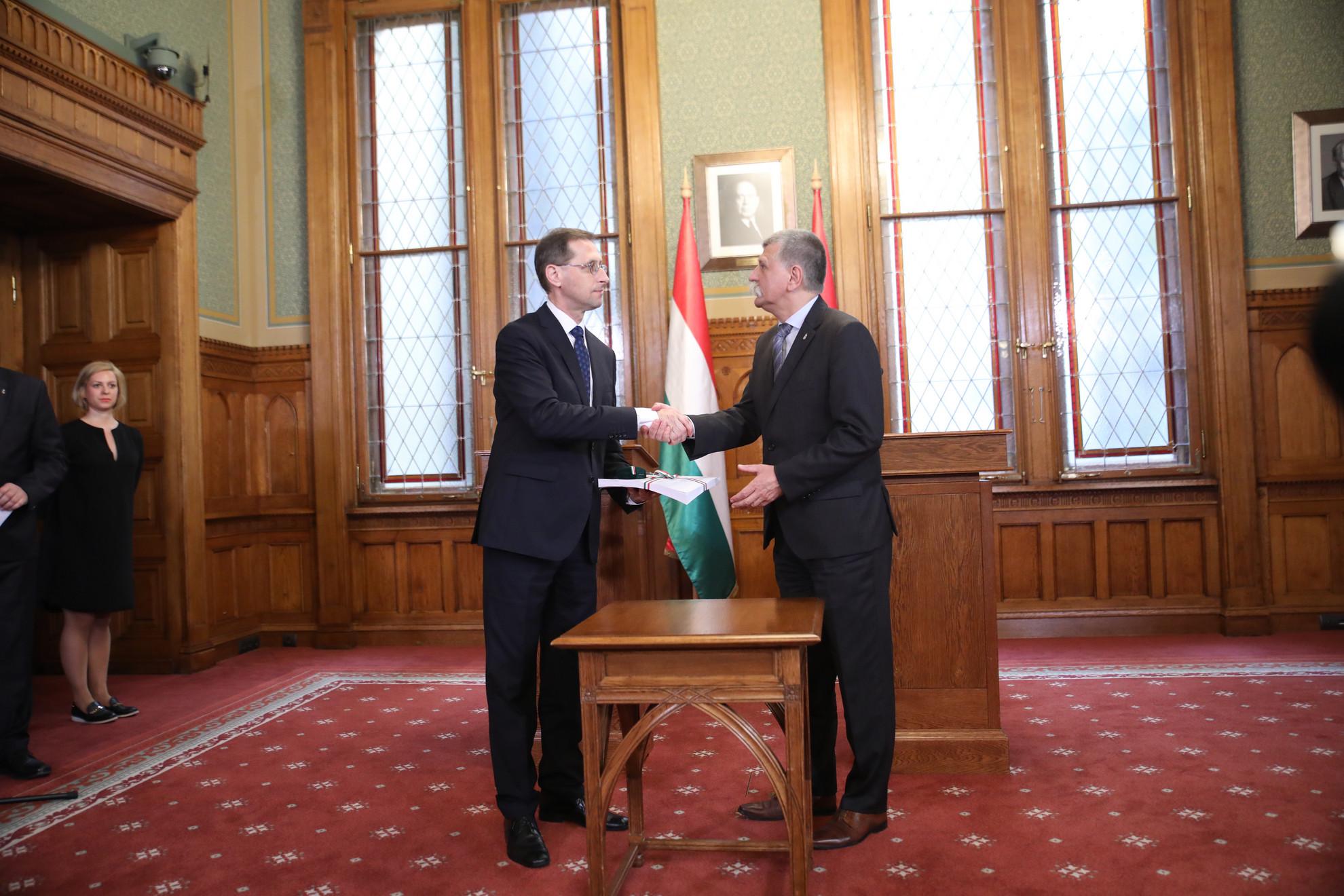 Varga Mihály (b) átadja a Kövér Lászlónak (j) a törvény tervezetét