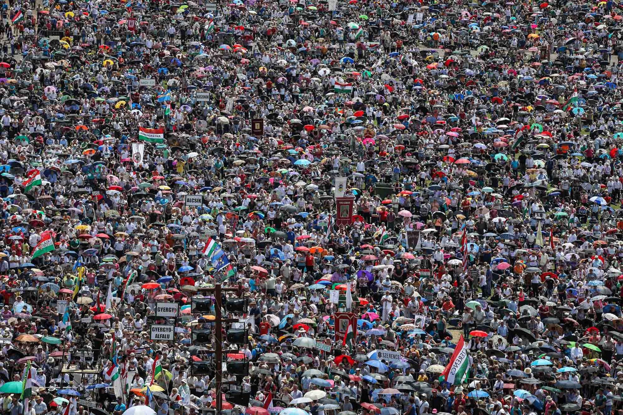 Pál József Csaba szerint amiként Svájcot csodálják, úgy a magyar népet is csodálni fogja a világ, ha a nép meghallja védőszentje, a csíksomlyói szűzanya szavát
