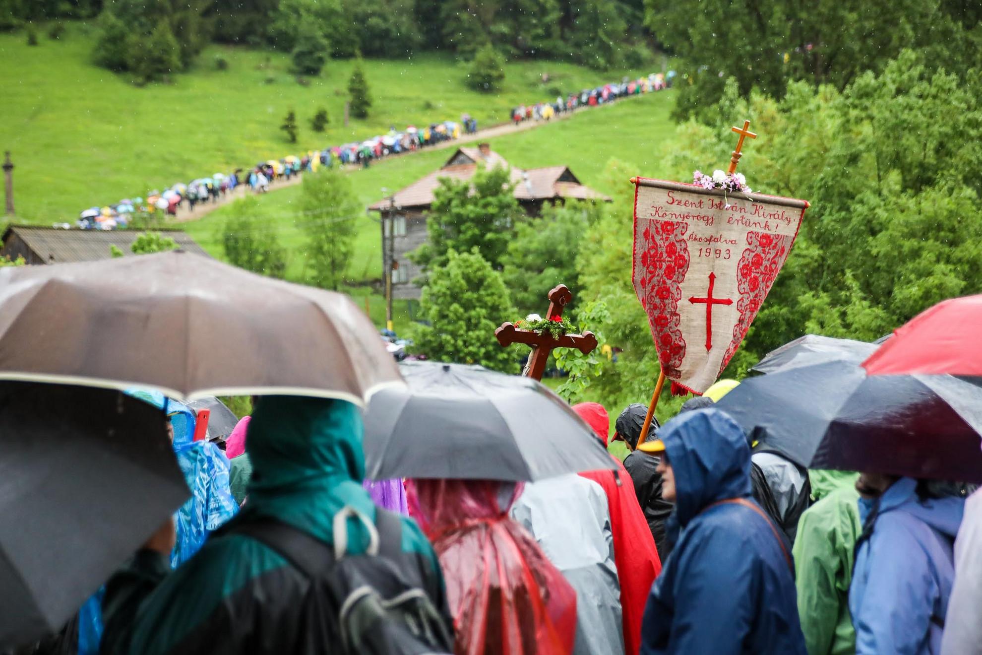 Az áldás szakadó eső formájában érkezett, így szükség volt az esernyőkre