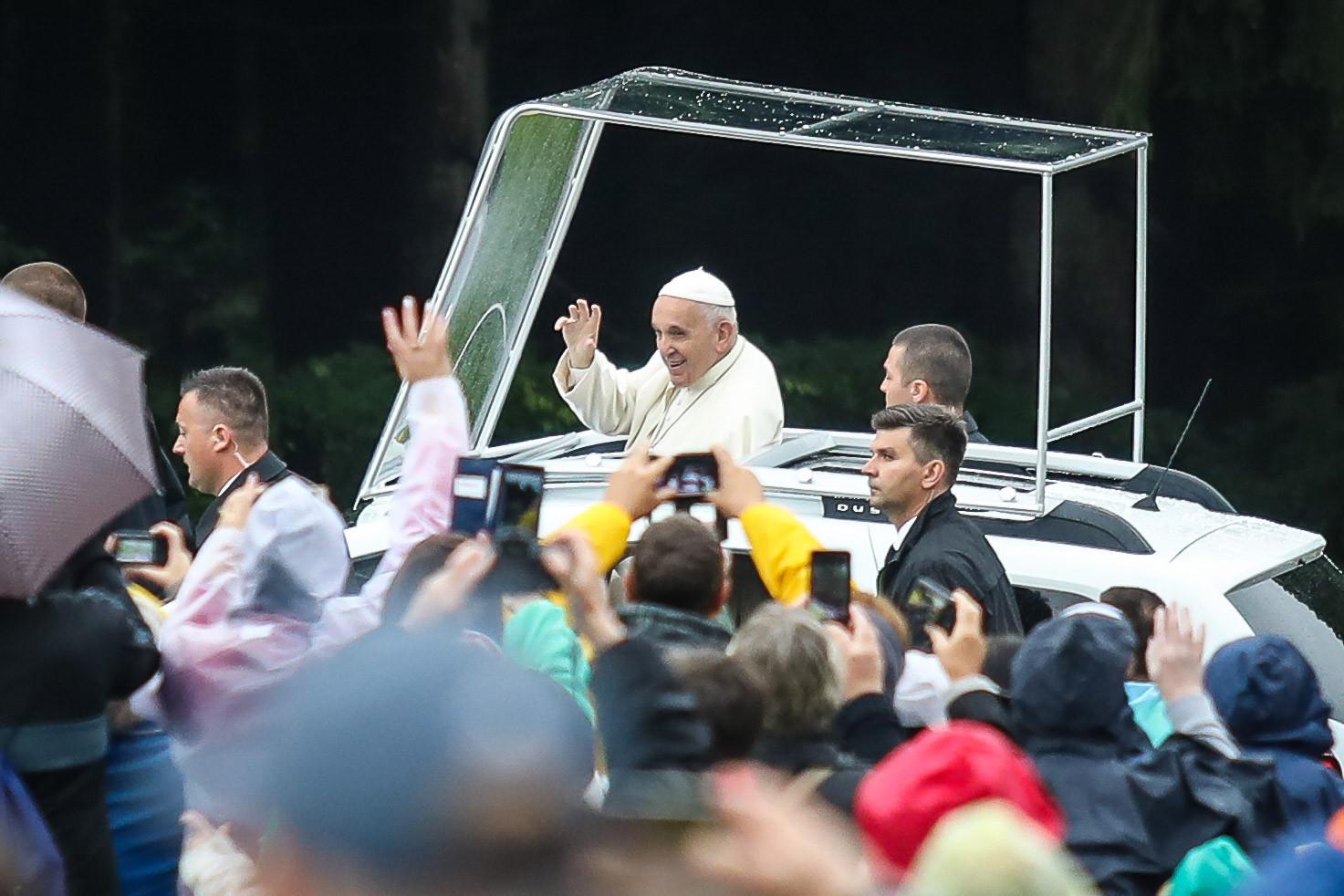 Pápamobilon érkezik a Szentatya