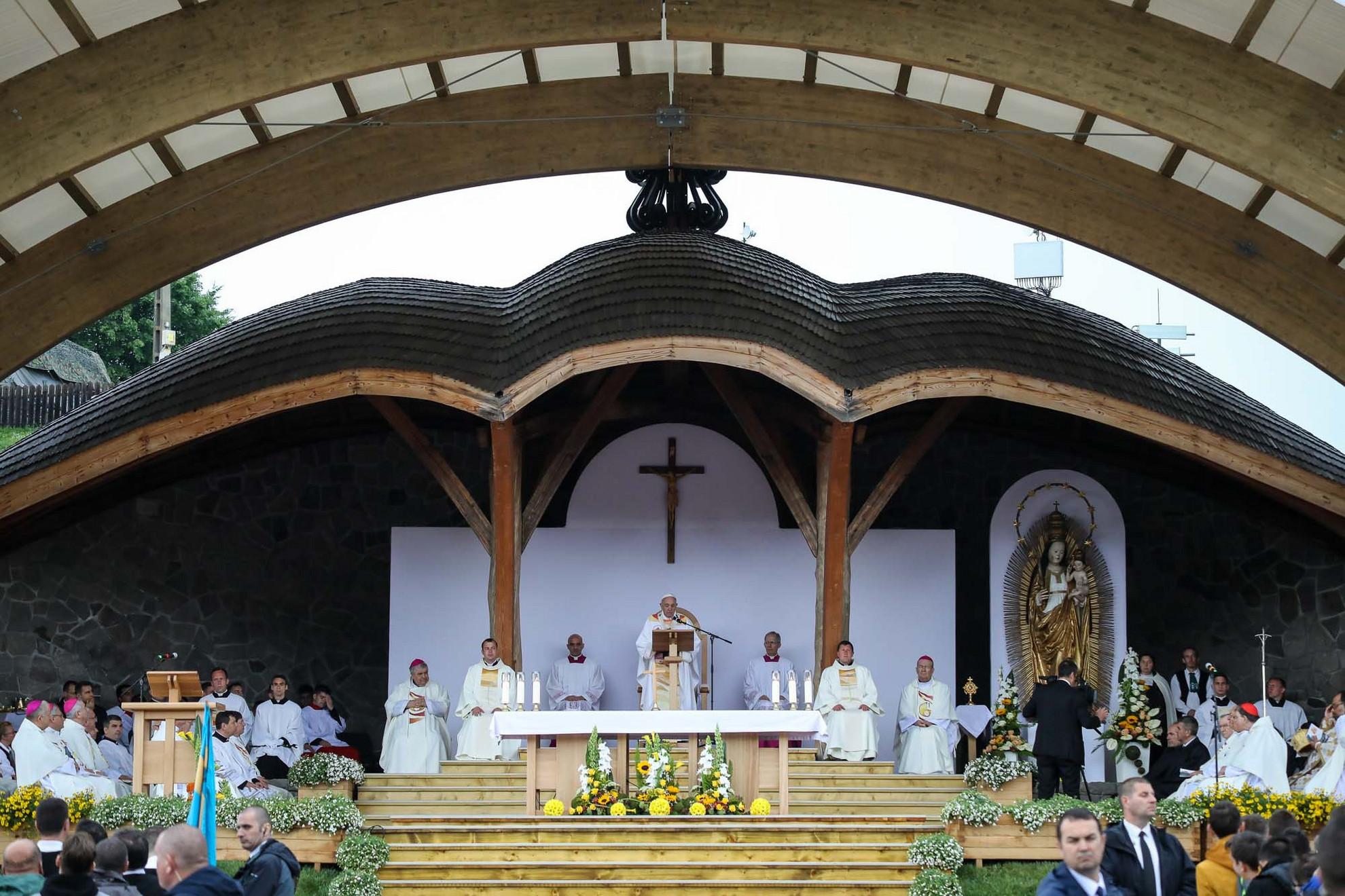 Ferenc pápa elkezdi a misét