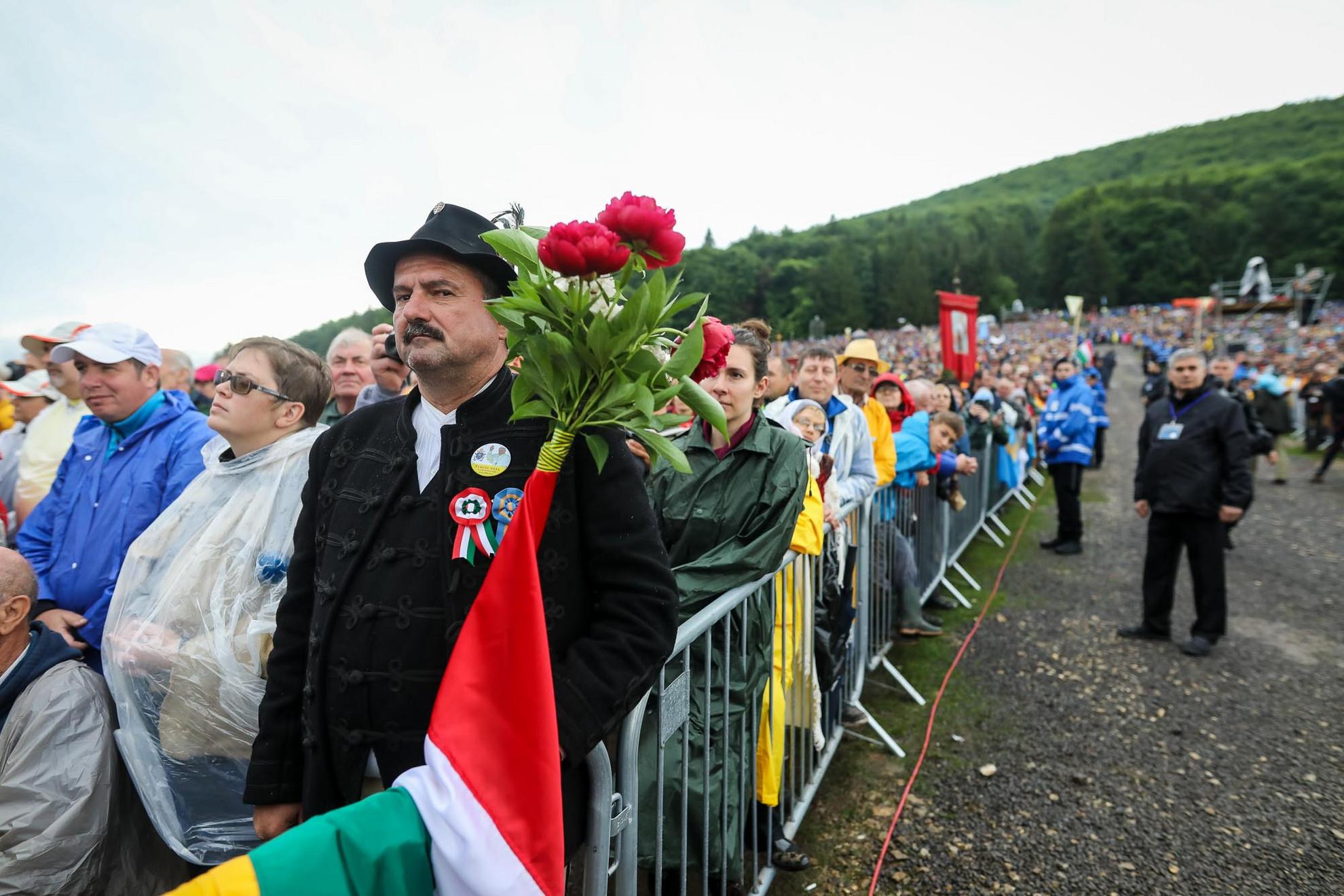 Meg kell adni a módját: Bocskai öltöny, kalap, virág, kokárda és magyar zászló