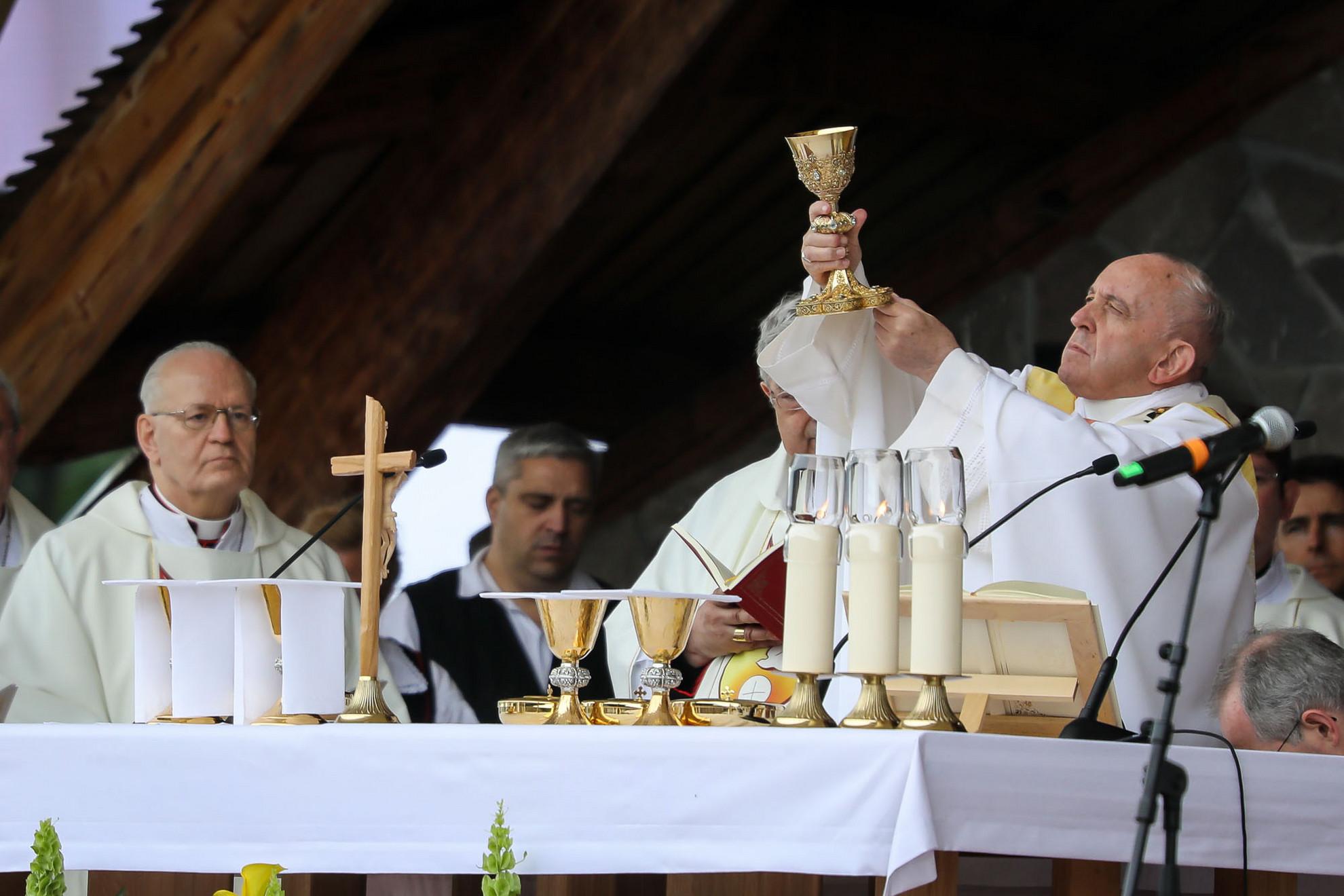 Ferenc pápa magasba emeli az áldozati kelyhet