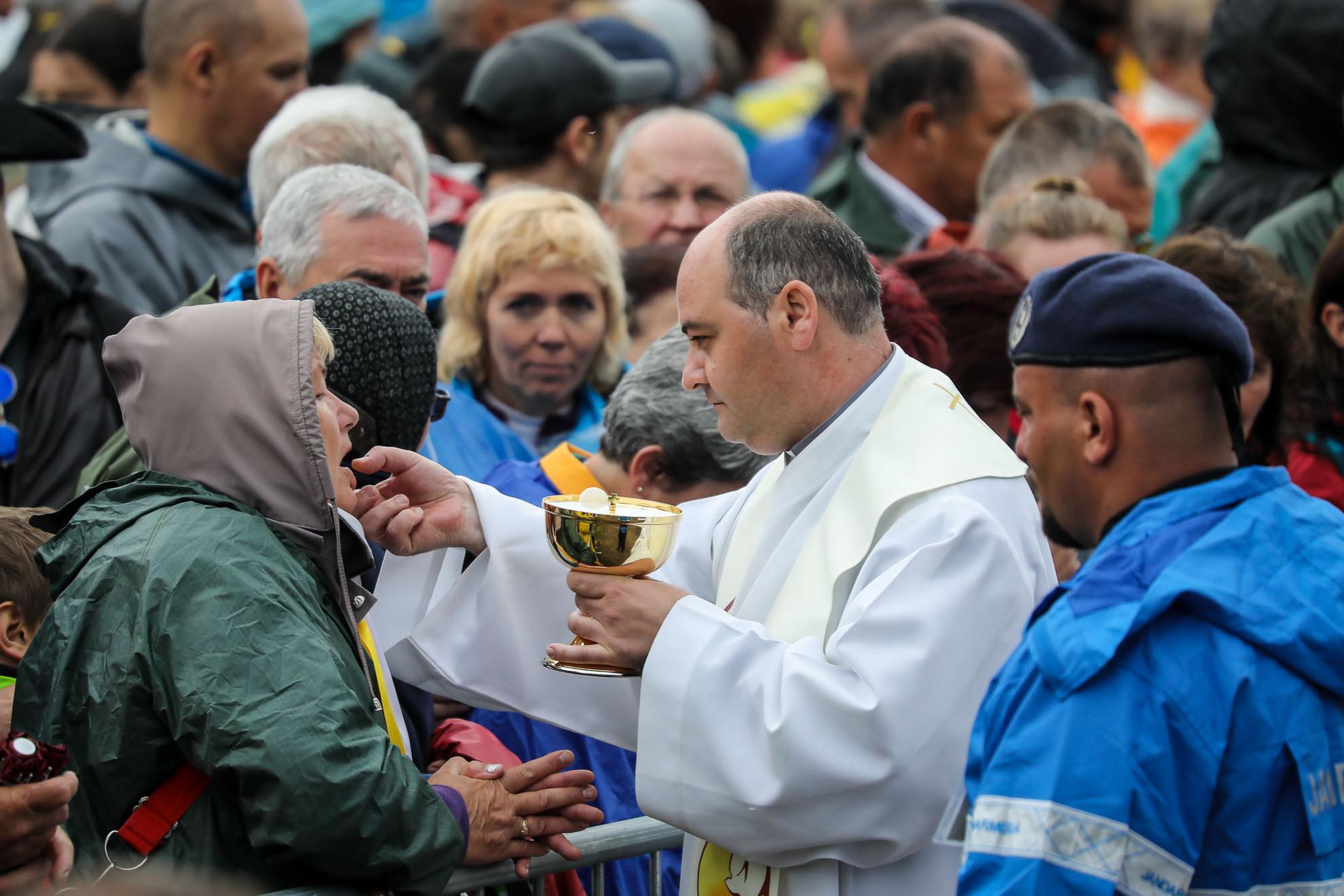 A jelen lévő papok segítenek az áldoztatásban