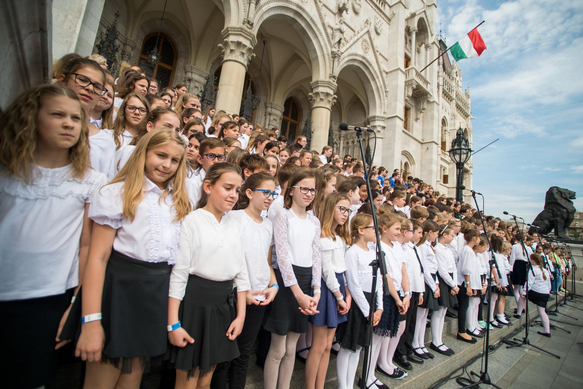 Gyermekkórus próbál a nemzeti összetartozás napján a Parlament előtt
