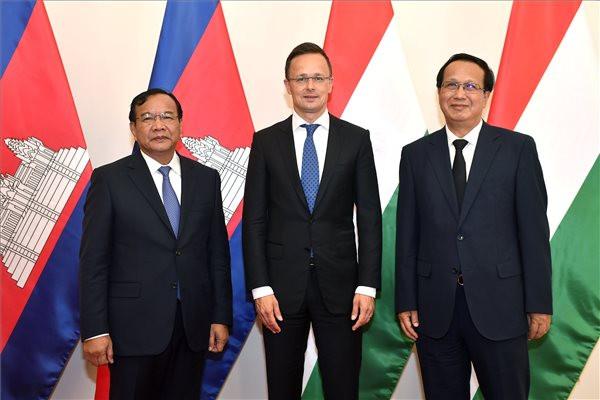 Szijjártó Péter(k), Prakk Szokhonn, Kambodzsai külügyi és nemzetközi együttműködési minisztere (b) és Pan Szoraszak kereskedelmi miniszter (j)
