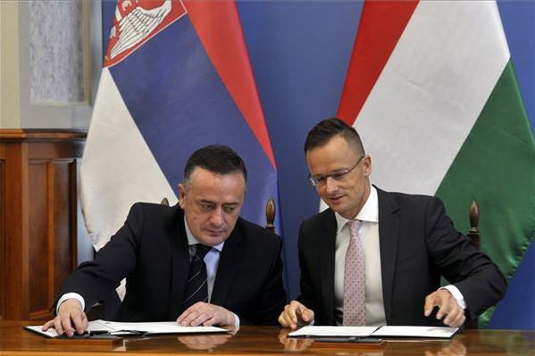 Szijjártó Péter (j) és Aleksandar Antic szerb bányászati és energetikai miniszter megállapodást ír alá gázvezeték-építési együttműködésről