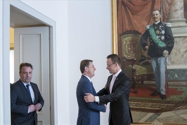 Szijjártó Péter külgazdasági és külügyminiszter (j) és Miro Cerar szlovén külügyminiszter üdvözli egymást