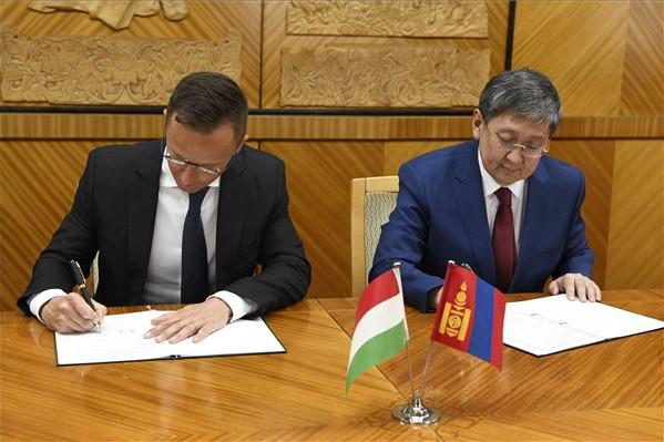 Szijjártó Péter és Cs. Hurelbátar mongol pénzügyminiszter együttműködési megállapodást ír alá a Kormánypalotában, Ulánbátorban