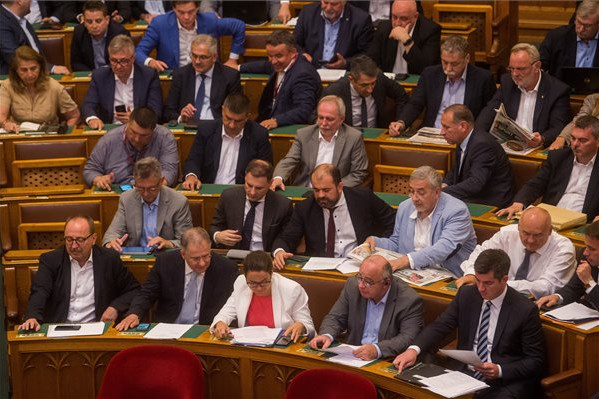 Fideszes képviselők szavaznak az Országgyűlés plenáris ülésén