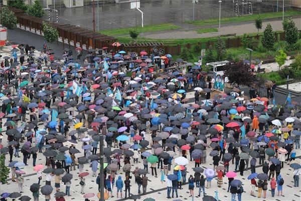 A demonstráción az úzvölgyi katonatemető államosításának leállítását, a sírkert eredeti állapotának helyreállítását és Hargita megye prefektusának lemondását, vagy leváltását követelték