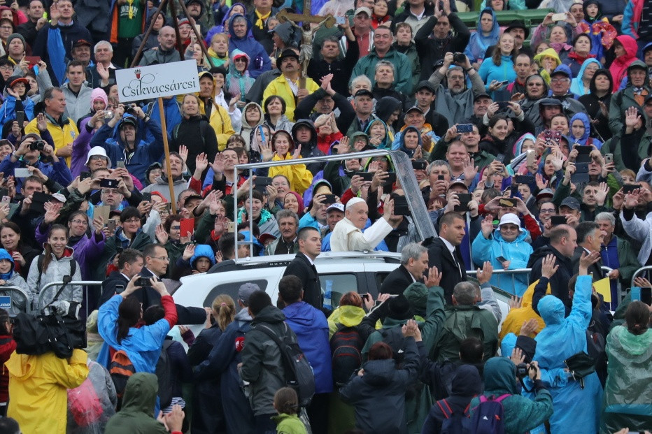 Ferenc pápa integet a pápamobilból