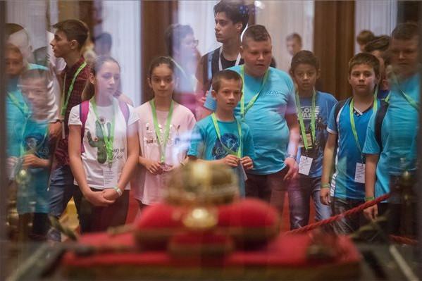 Diákok megtekintik a magyar koránázási jelvényeket a nemzeti összetartozás napján az Országház kupolacsarnokában