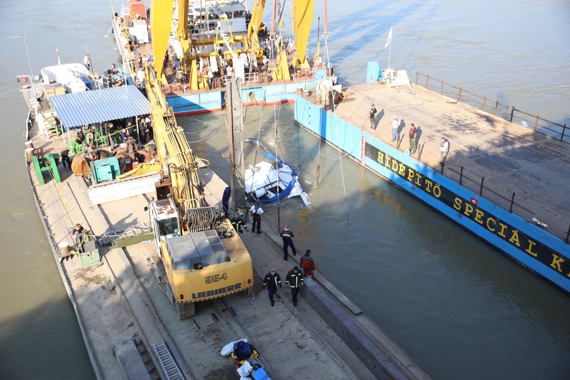 Folyamatban van a hajótest kiemelése