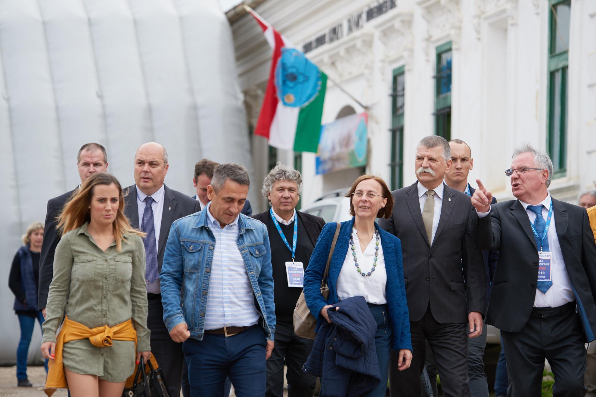 Dobos Menyhért (j), a Duna Médiaszolgáltató Nonprofit Zrt. vezérigazgatója, Kövér László (j2), az Országgyűlés elnöke (j2, elöl), Potápi Árpád János (b2, elöl) nemzetpolitikáért felelős államtitkár, Balogh László a Közszolgálati Közalapítvány Kuratóriumának elnöke (középen a második sorban)  a VI. Duna Napon